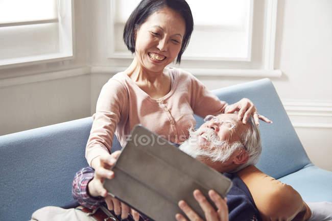 Couple à l'aide de tablette numérique ensemble — Photo de stock