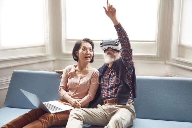 Couple using virtual reality headset — Stock Photo