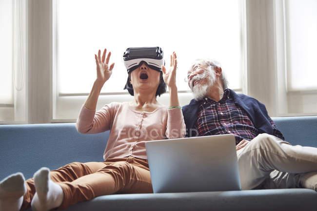 Пара за допомогою віртуальної реальності гарнітура — стокове фото