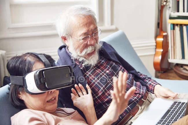 Couple en utilisant le casque de réalité virtuelle — Photo de stock