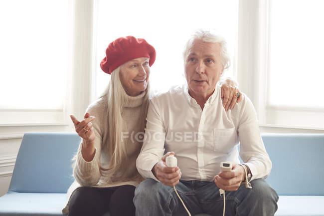 Couple de personnes âgées jeux vidéo — Photo de stock