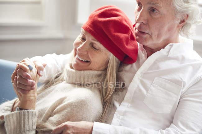 Couple de personnes âgées assis sur le canapé — Photo de stock