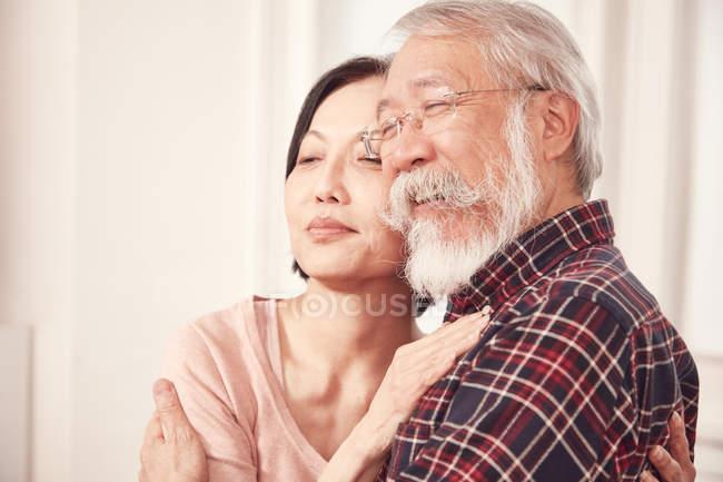Couple de personnes âgées embrassant mutuellement — Photo de stock