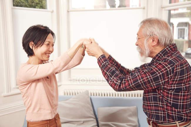 Couple de personnes âgées dansent ensemble — Photo de stock