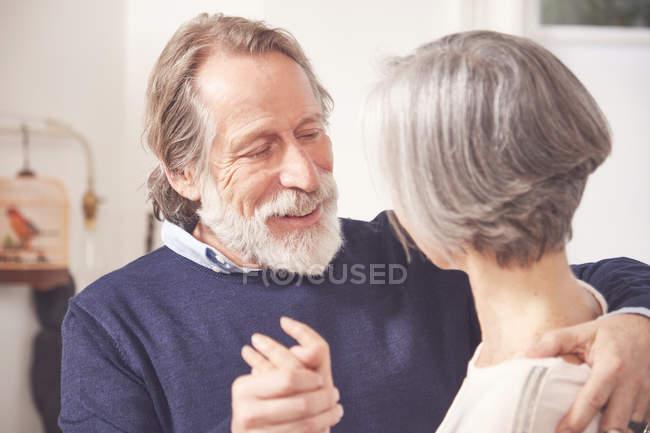 Seniorenpaar tanzt zusammen — Stockfoto