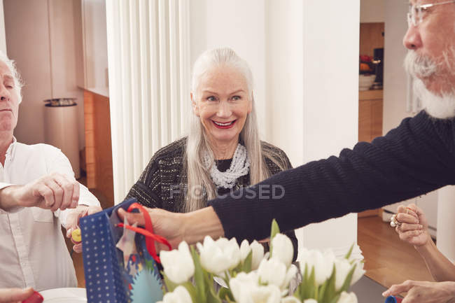 Man giving birthday present to friend — Stock Photo