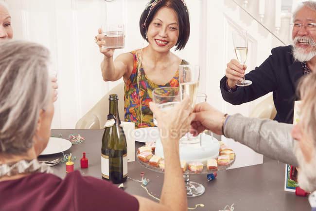 Старший друзями тостів з чарки — стокове фото
