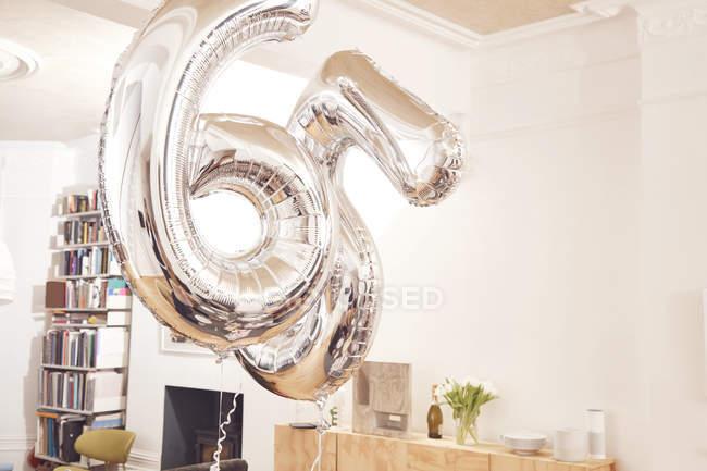 Серебряный номер 65 шаров висит в воздухе — стоковое фото