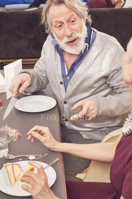 Anniversaire célébrant couple de personnes âgées — Photo de stock