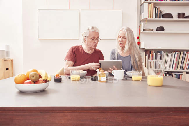 Couple de personnes âgées à l'aide de tablette numérique — Photo de stock