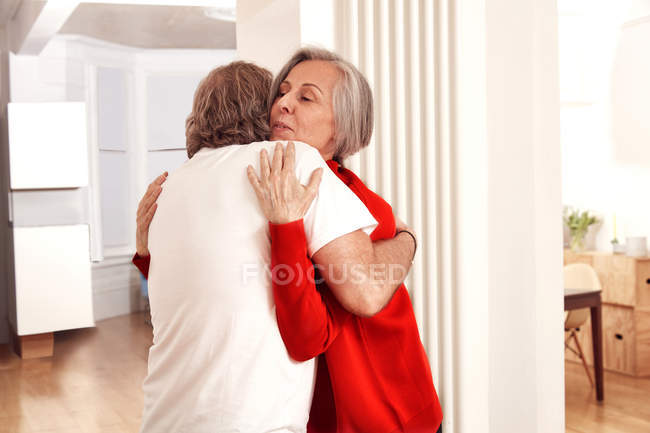 Старший пара, підтримуючи один одного — стокове фото
