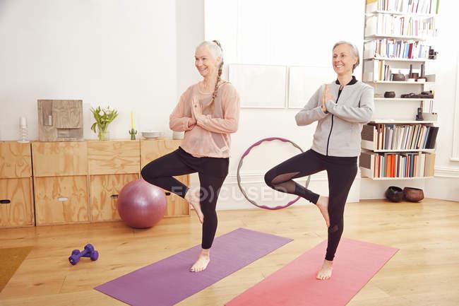 Frauen in Führungspositionen tun Yoga zusammen — Stockfoto