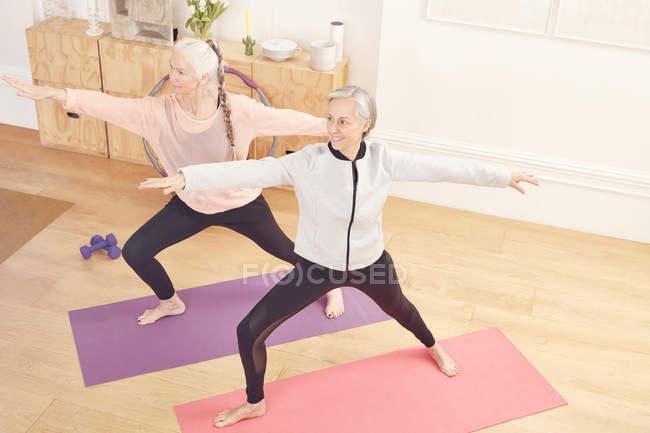 Mulheres sênior fazendo ioga juntos — Fotografia de Stock