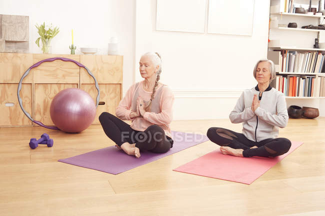 Senior women doing yoga together — Stock Photo