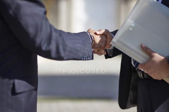Бізнесмени рукостискань — стокове фото