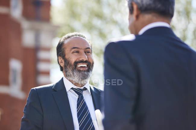 Бизнесмен, разговор с коллегой — стоковое фото