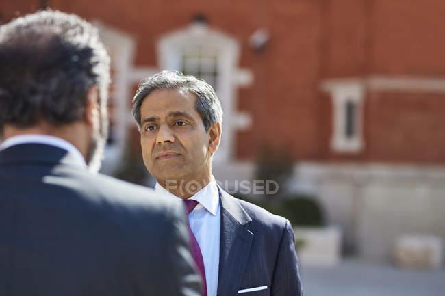 Empresario hablando con el colega - foto de stock