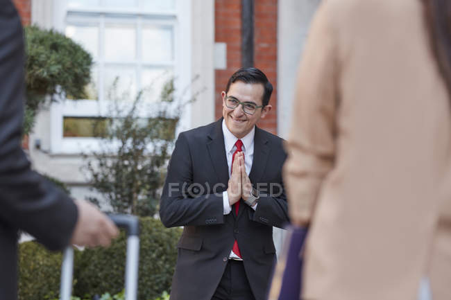 Concierge greeting businesspeople — Stock Photo