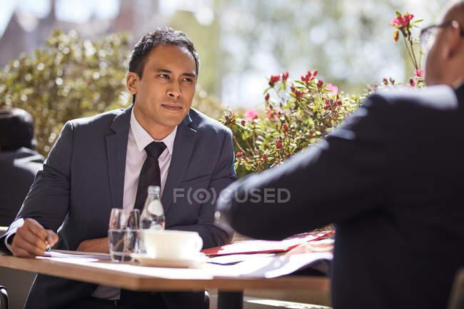 Empresário em reunião com o colega de trabalho no café — Fotografia de Stock