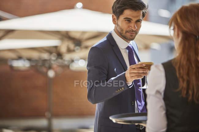 Verre de prise homme d'affaires de serveuse — Photo de stock
