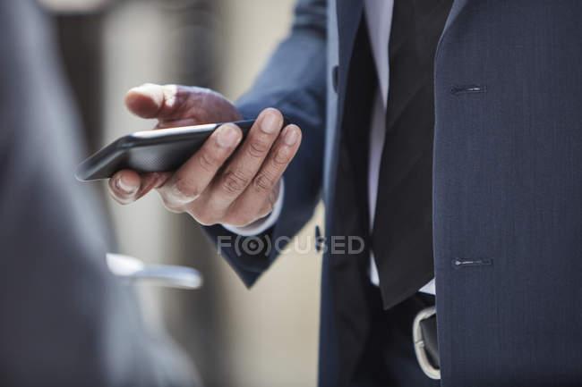 Hand der Geschäftsmann mit smartphone — Stockfoto
