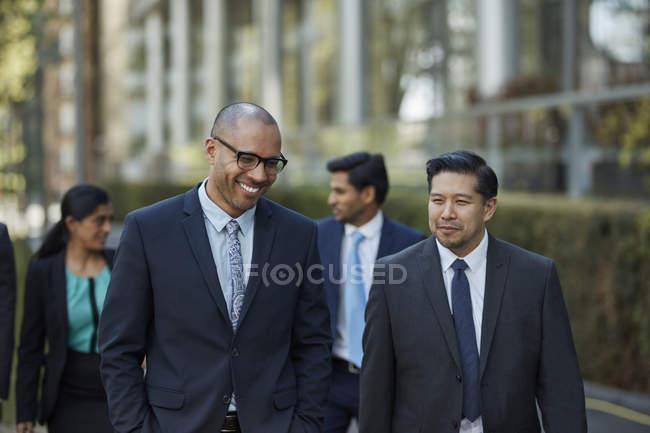 Empresários caminhando juntos — Fotografia de Stock