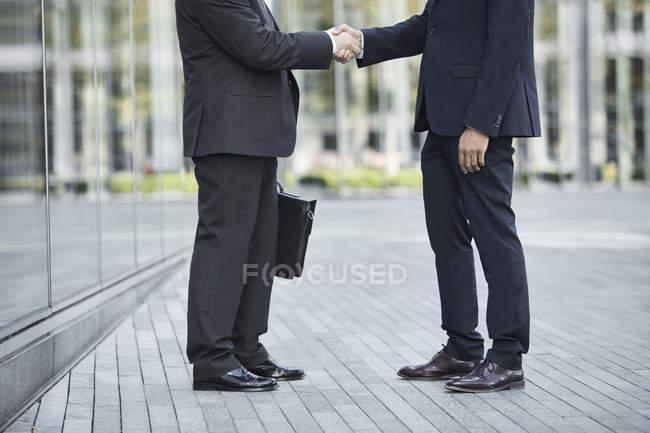 Бизнесмены, рукопожатие — стоковое фото