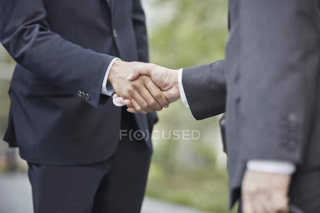 Händchen schüttelnde Geschäftsleute — Stockfoto