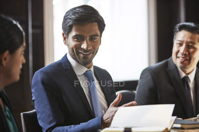 Businessman speaking to colleagues — Stock Photo