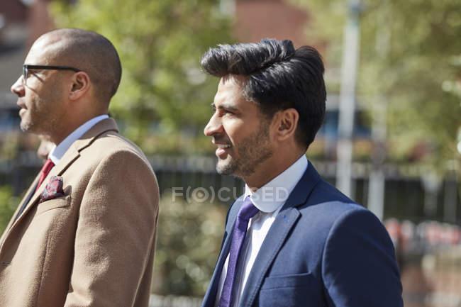 Uomini d'affari che camminano insieme — Foto stock