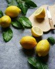 Цілому а нарізаною лимони — стокове фото