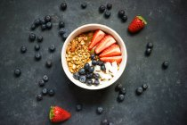 Bowl of muesli with strawberries and rolled oats — Stock Photo