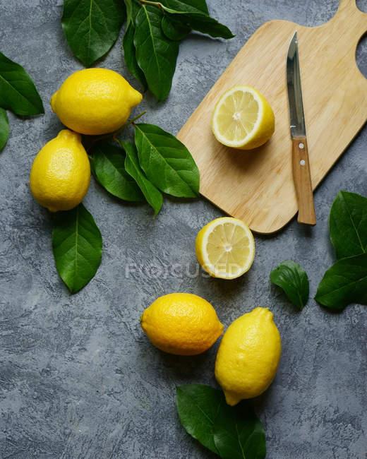 Ganze und geschnittene Zitronen — Stockfoto