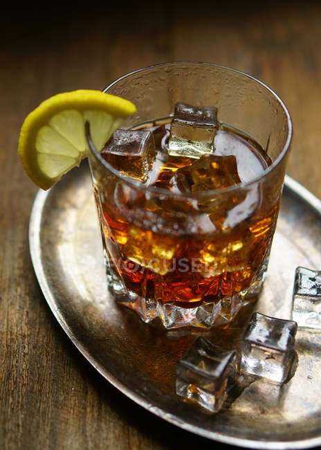 Стакан виски со льдом и лимоном — стоковое фото