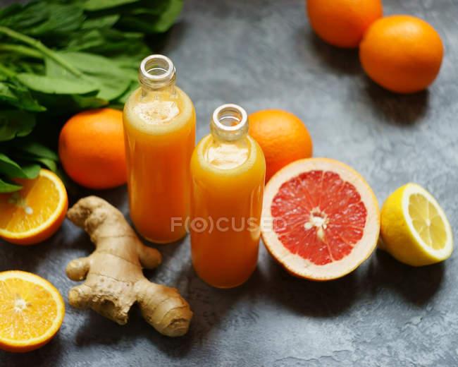 Zwei Flaschen frischen Orangensaft — Stockfoto