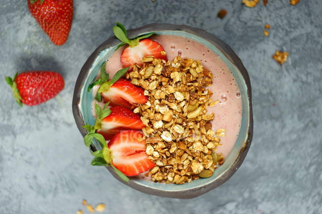 Bowl of muesli with strawberries, yogurt and oats — Stock Photo