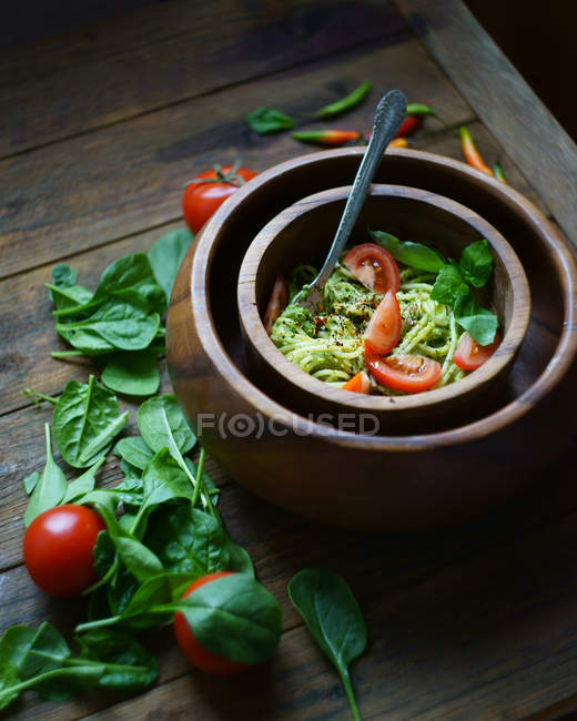 Spinach spaghetti pasta with pesto and tomatoes — Stock Photo