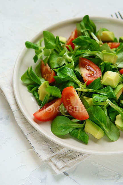Salad mix with avocados, tomatoes and spinach — Stock Photo
