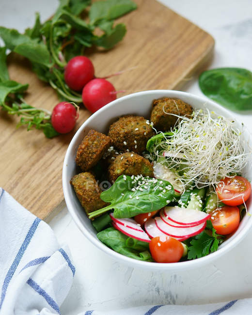 Bowl with vegetables mix and falafel balls — Stock Photo
