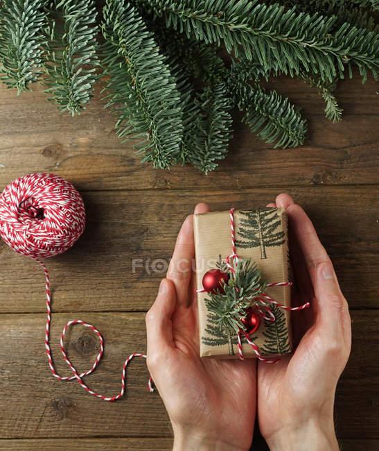 Personne tenant un cadeau emballé — Photo de stock