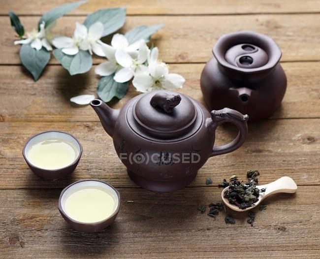 Thé oolong asiatiques dans les bols traditionnels — Photo de stock
