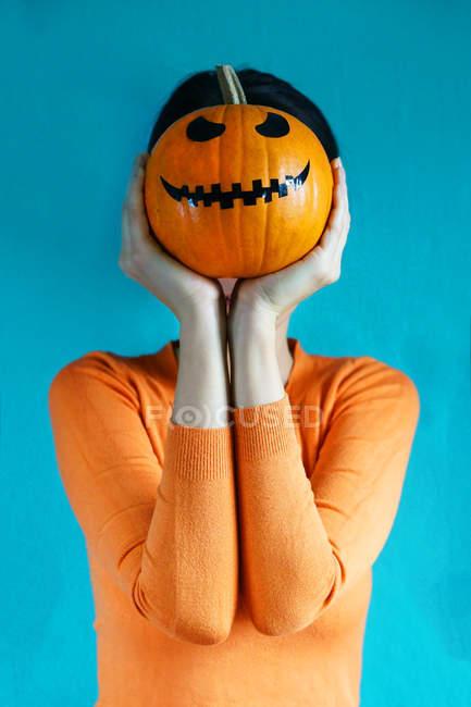 Femme avec citrouille d'halloween — Photo de stock