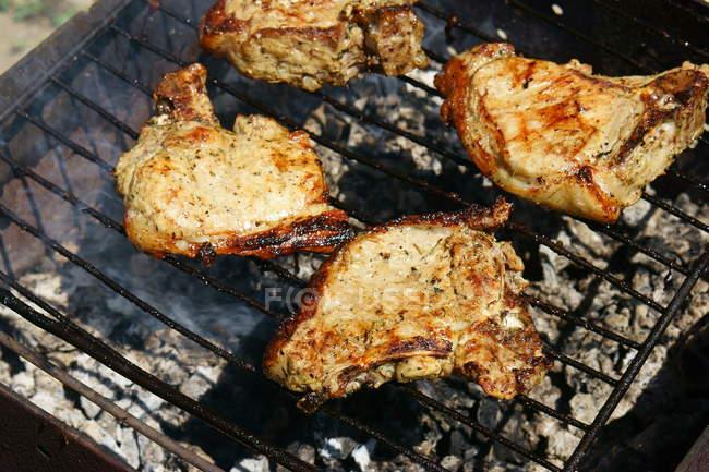 Кусочки мяса на гриле — стоковое фото