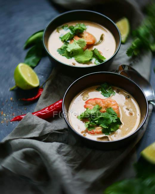 Sopas com camarões e ervas em tigelas — Fotografia de Stock