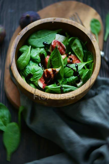 Ensalada verde con higos y salsa - foto de stock