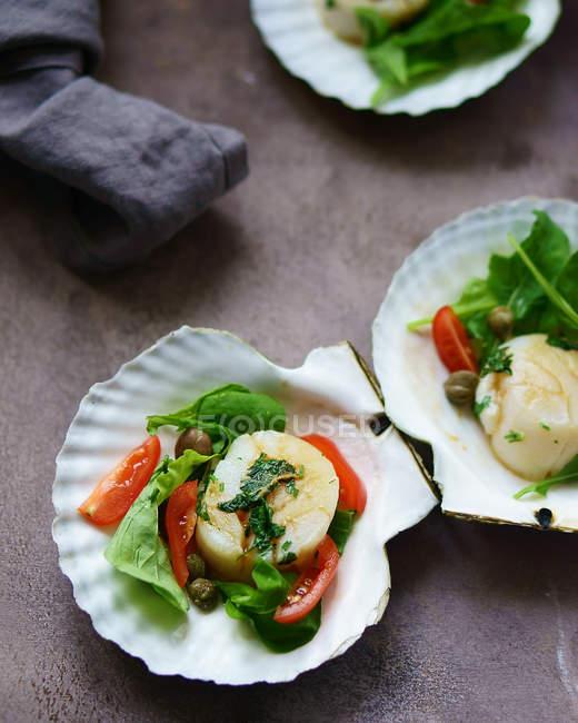 Detailansicht von Salaten mit in Scheiben geschnittenen Bananen, Tomaten, Erbsen und Kräuter auf Schalen — Stockfoto