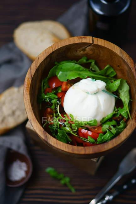 Detailansicht der grüner Salat mit Tomaten und Käse in Holzschale — Stockfoto