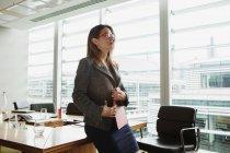 Cartella stringente donna d'affari — Foto stock