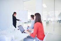 Colleghi in ufficio a guardare la presentazione — Foto stock