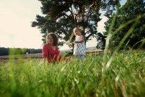 Schwangere Frau mit Tochter — Stockfoto